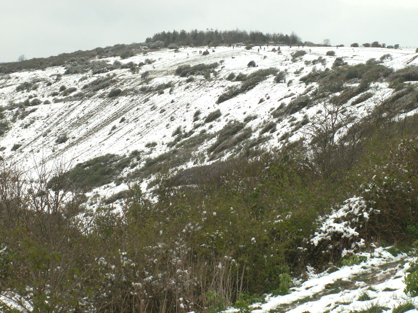 Afternoon snow on Mill Hill